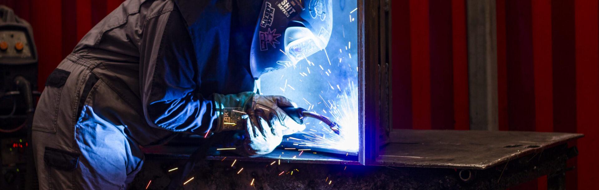 Uitrustingsstukken lassen voor graafmachines en wielladers worden in eigen beheer en op maat gemaakt.